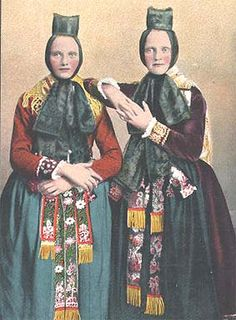 Alte Trachten in Mittelhessen #Huettenberg Folk Clothing, Historical Clothing, Traditional Fashion, Traditional Dresses, Retro Pictures, Colorized Photos, Civil War Photos, Europe Fashion, Folk Fashion