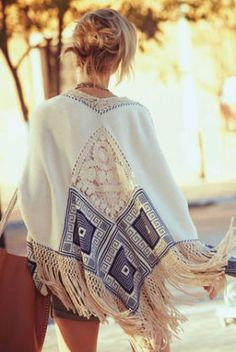 Sexy boho chic Chapala Poncho with gypsy style fringe for a modern hippie allure. : Sexy boho chic Chapala Poncho with gypsy style fringe for a modern hippie allure. Mode Hippie, Mode Boho, Hippie Vibes, Gypsy Style, Bohemian Style, Bohemian Fashion, Bohemian Jewelry, Modern Hippie Fashion, Modern Hippie Style