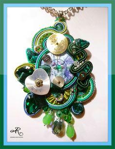Ciondolo soutache con componente centrale in madreperla, quadranti di orologi, strass e mezzi cristalli...