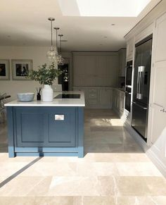 This kitchen colour combo and style is a personal favourite! Open Plan Kitchen Living Room, Kitchen Family Rooms, Home Decor Kitchen, Interior Design Kitchen, New Kitchen, Home Kitchens, Kitchen Ideas, Shaker Kitchen, Kitchen Paint