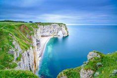 As falésias de Etretat, na região da Alta Normandia, formam uma das mais belas paisagens naturais da... - Shutterstock