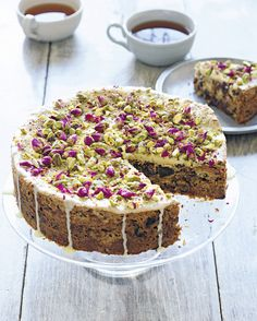 You can do this with 5 days in advance /6 egg whites , at room temperature 200 g of icing sugar 500 g natural halva , cut into 1cm cubes200 g of dates, chopped 200 g of cranberries , dried 125 g almond flour 50 g pistachio kernels , coarsely chopped50 g of whole almonds , poached and coarsely chopped 120 g of white chocolate chips 1 tsp. rosewater Halva laminated Granada seeds or rose petals, sprinkled with icing