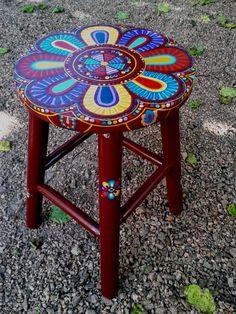 """Banco de madeira com tampo pintado à mão, acabamento em verniz com brilho. Motivo """"Flor da Índia"""" <br>Dimensões: altura 45cm, base 30cm, tampo 28cmx2,5cm"""