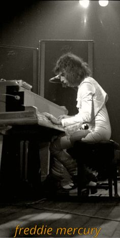 q̰̃ṵ̃ḛ̃ḛ̃ñ̰ Mary Austin Freddie Mercury, Queen Freddie Mercury, Queen Love, Save The Queen, White Queen, Queen Photos, Queen Pictures, Roger Taylor, Somebody To Love