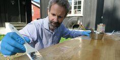 PUSSE OPP BORD: Mange har et bord som er fullt brukbart, men som trenger en liten oppussing. En smart måte å pusse opp lakkerte bord, er å fjerne lakken og sette bordet inn med hardvoksolje. Foto: Robert Walmann/ifi.no