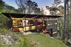 Island House is a prefabricated modular house located on Scotland Island, north of Sydney, Australia. Island House project was designed by Sacha Zehnder and Jaya Param (Walknorth Architects) Villa, Residential Architecture, Architecture Design, Bungalow, Houses On Slopes, Pole House, Hillside House, Timber House, Deco Design
