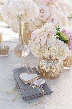 Los tonos metalizados, como el dorado, plateado, peltre y latón, son hermosos y toda la tendencia cuando se combina con la decoración para bodas en color gris! Foto: Jana Williams Photography.
