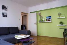 hell grüne Wand in Wohnzimmer 2-Zimmerwohnung in München