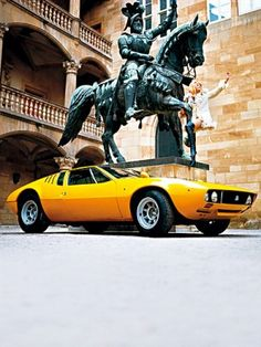 1963 erschien der erste De Tomaso. Fünfzig Jahre später blicken wir in leere Werkshallen. Und doch: Die Hoffnung lebt. [. . . ] Späte achtziger Jahre. Die Pressekonferenzen mit dem späteren Alejandro de Tomaso als Maserati-Boss liefen meist so ab, dass in Bologna ein neues