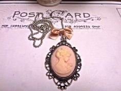 """""""Rose"""" camé femme monté sur collier boule couleur argent : Collier par abracadabraaa"""