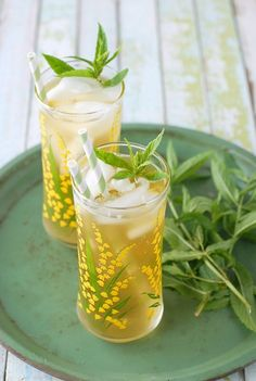 Its About Time You Found Some New Iced Tea Recipes Lemongrass-Lavender Green Sun Tea! Lavender Drink, Lavender Green, Refreshing Drinks, Yummy Drinks, Homemade Iced Tea, Lemongrass Tea, Sun Tea, Lavender Recipes, Happy Drink