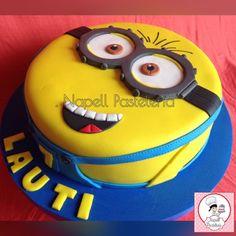 Napell Pasteleria: Minion face Cake