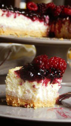 En esta ocasión te compartimos un exquisito y fresco Cheesecake cubierto con una deliciosa reducción de frutos rojos! En nuestro anal de Youtube podrás ver todo el proceso completo con los trucos y secretos para lograr el mejor resultado! Cheescake Recipe, Deli Food, Classic Cheesecake, Sunday Recipes, Recipe For 4, Dessert Recipes, Desserts, Trifle, Cheesecakes