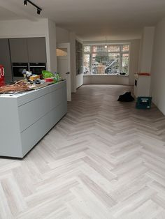 This beautiful light oak PVC herringbone floor was laid by Anne Vianen and Stefan Vianen. They are the men who do all the executive work of Art-Floor. Living Room Flooring, Bedroom Flooring, Kitchen Flooring, Planchers En Chevrons, Floor Design, House Design, Open Plan Kitchen Living Room, Parquet Flooring, Floors