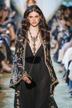 Find tips and tricks, amazing ideas for Elie saab. Discover and try out new things about Elie saab site Style Haute Couture, Couture Fashion, Runway Fashion, Boho Fashion, High Fashion, Fashion Outfits, Womens Fashion, Fashion Design, Fashion Trends