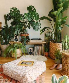 Old Apartments, House Plants Decor, Living Room Plants Decor, Plants For Room, Jungle Living Room Decor, Plant Rooms, Bedroom Plants Decor, Plants In The Home, Living Room Corner Decor