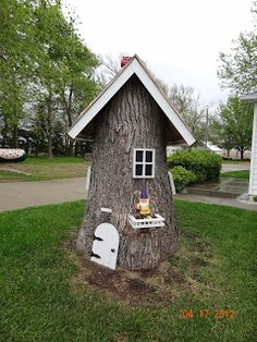 I have to do this if I ever have a tree stump...... a fairy house - this takes the garden idea to a whole NEW level Garden Crafts, Garden Projects, Garden Art, Garden Ideas, Backyard Ideas, Fairy Garden Houses, Gnome Garden, Fairy Gardens, Fairies Garden