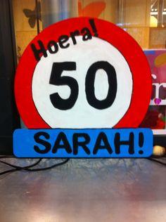 Hoera 50 jaar Sarah een verkeer bord zelf gemaakt
