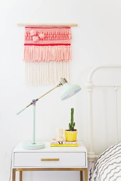 Knotted roving weaving tutorial from Rachel Denbow of SmileandWaveDIY for www. Learn to add even more chunky texture to your next woven wall hanging with this step-by-step tutorial Weaving Projects, Weaving Art, Loom Weaving, Hand Weaving, Diy Interior, Mur Diy, Decoracion Vintage Chic, Do It Yourself Inspiration, Ideas Hogar