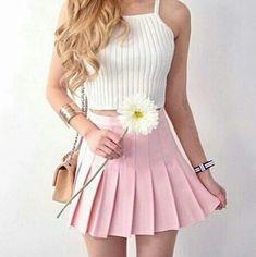 Una semplice maglia bianca, con una gonna rosa corta.