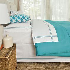Quarto com jogos de cama com cores fortes e vibrantes. Perfeito para combinar com um décor mais neutro.