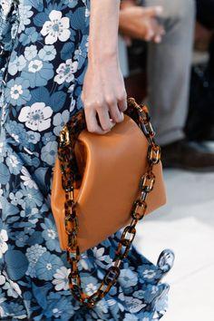 See detail photos for Michael Kors Collection Spring 2017 Ready-to-Wear collection.  Diese und weitere Taschen auf www.designertaschen-shops.de entdecken