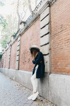 Denim_Coat-White_Outfit-GRey_Hat-Lack_OF_Colors-Sneakers-Outfit-Street_Style-