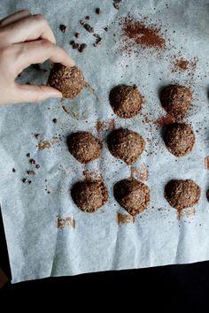 Ich bin der Meinung: Kekse gehen immer und das ganze Jahr über. Deshalb hab ich auch ein Arsenal an zuckerfreien Keksrezepten. Weil Weihnachten jetzt nicht mehr ganz so weit entfernt ist und Kekse ja bekanntlich dazu gehören, hab ich euch meine Top 7 Rezepte in einem Beitrag zusammengefasst. Schaut vorbei und probiert zur Abwechslung auch mal ein paar zuckerfreie  Versionen! ;) / sugarfree Cookies anyone?