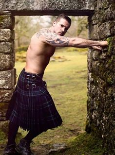 I love a man in a kilt! A collection of photos of men in kilts that put a smile on my face and that. Gorgeous Men, Beautiful People, Absolutely Gorgeous, Beautiful Men Bodies, Scottish Man, Men In Kilts, Herren Outfit, Hommes Sexy, Male Beauty