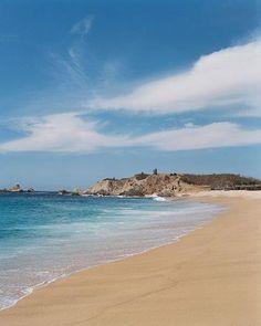 Faro de Bucerías, Michoacán.    El Faro de Bucerías se caracteriza por la belleza de su pequeña bahía, un sitio ideal para el campismo, la natación y el buceo submarino o simplemente para comer y pasar el día. Puede visitarla todo el año ya que su clima es de 27 a 32°C.