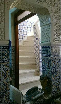 #intérieur #tangerois #escalier #carrelage #stuc découvrir la suite dans #scènesdelavietangeroise