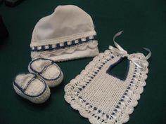 Juego de escarpines babero y toallita bebe en crochet
