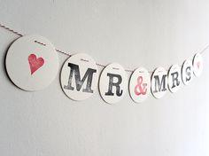 Eine Liebeserklärung aus einzelnen Buchstaben   aufgefädelt auf rot-weißer Kordel.   Jedes Zeichen ist von Hand gestempelt.     Eine schöne Dekorat...