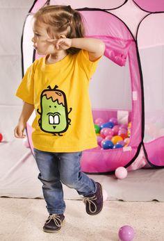 Camiseta de manga corta de bebé de color amarillo con estampado en vinilo de terciopelo.