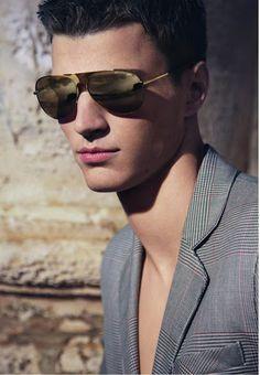 Un vent de vintage souffle sur la campagne printemps-été 2013 de la ligne eyewear Emporio Armani. Découvrez cette série de photos classiques et glamour.