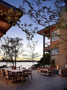 Modern lake house blurring indoor/outdoor boundaries