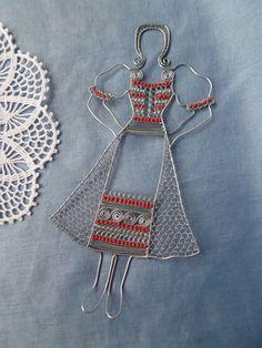 žena v kroji...great wire idea!