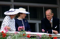 Royals looking bored in public: the Queen, Princess Diana, Prince George, Princess Anne and more - Photo 11
