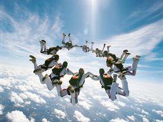 Paraquedismo Esse todos conhecem: pular de um avião e ficar curtindo a queda livre. Depois, é só abrir o paraquedas  para chegar ao chão são e salvo.