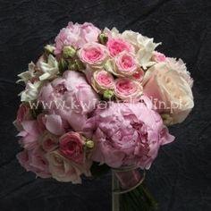 bukiet ślubny z piwonii i róży gałązkowej