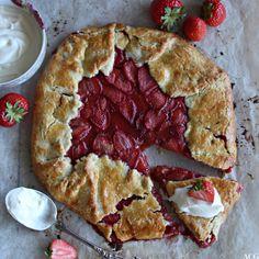 #frabloggerne - lagre de siste oppskriftene fra de beste norske matbloggerne i din kokebok: enestaaendemat - Rustikk jordbærterte a.k.a. jordbærgalette