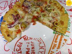 Pizza con harina de garbanzos  NECESITARÁS:  - 100 gr. de Harina de Garbanzos. - Agua tibia (la que se necesite: yo necesité un cuarto de vaso aproximadamente) - 1/2 Cucharada de Sal Marina - 1/2 Cucharada de Ajo en Polvo - Aceite de Oliva (para estirar la masa)  - Tomate (salsa) - Queso para pizza (sin lactosa, vegano o el que más te guste) - Cebolla, ajo,... - Calabacín o Zapallo Italiano u otras verduras. - Aceitunas, alcaparras, - Especias: tomillo, orégano, hierbas provenzales,...