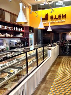 BLem_foto Cuecas na Cozinha Patisserie Design, Patisserie Paris, Bakery Shop Design, Coffee Shop Design, Cafe Design, Boutique Patisserie, Decoration Patisserie, Design Design, Bakery Decor