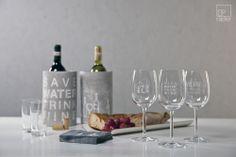 Vino. Weingläser. Rot. Weingläser aus feinem Glas, die von der Poesie des Weines erzählen.