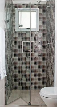 Box Flex - Para banheiros compactos.    O kit, composto de dois vidros e dobradiças, apresenta um trilho deslizante de alumínio apenas na parte inferior.