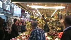 Un da cualquiera de mercado, la msica comenz a sonar entre los puestos de frutas y verduras. Fragmentos de la Traviata de Verdi interpretados en pleno Mercado Central de Valencia, entre los puestos de frutas y verduras. Los rostros de los compradores, asombrados ante la magia del arte, hacen que recuperemos la confianza en el buen gusto. El gusto por la buena fruta, la verdura, el champn, la msica y la vida. Dis-fruta-dlo.!