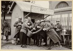 A la mobilisation de son fils en 1914, Clotilde Bizolon installe ses marmites dans le hall de la gare pour servir aux soldats en transit des repas chaud, en imaginant que son fils puisse bénéficier du même service lors de ces déplacements. Lors de la Deuxième Guerre mondiale, elle réinstalle ses marmittes devant la gare de perrache. Agressée, elle décède des suites de ses blessures le 3 mars #1940. Une rue porte son nom à proximité de Bellecour #numelyo #WW2 #2GM #soldat Lyonnaise, Couple Photos, Bellecour, Suites, Service, Rue, The Sea, Fine Dining, Soldiers