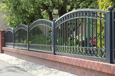 Bardas con diseño donde se mezclan dos materiales diferentes 2018 Grill Gate Design, Fence Design, Driveway Gate, Fence Gate, Rod Iron Fences, Wrought Iron Fences, Metal Gates, Modern Fence, Fence Panels