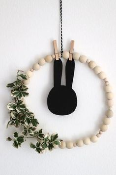Simple Easter decoration – Skandi craft idea: Wooden balls can be used for a Skandi DIY. The wooden ball wreath is a simple Easter wreath that is suitable as a wall decoration or window decoration. The Easter decoration can then easily be…Read Diy Home Crafts, Simple Crafts, Upcycled Crafts, Easter Wreaths, How To Make Wreaths, Wooden Diy, Artisanal, Easter Crafts, Easter Decor