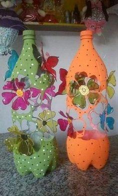 Mira de que increíbles formas puedes transformar una simple botella de plástico!!! Desde macetas, moviles hasta flores y otras decoraciones... Plastic Bottle Crafts, Plastic Art, Plastic Bottles, Origami, Bottle Crafts, Recycling, Bottles, Embellishments, Garden